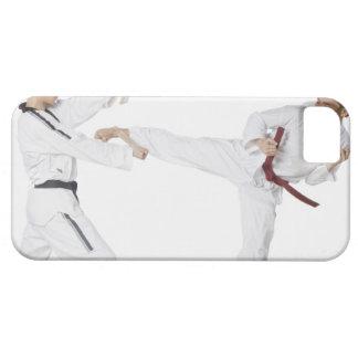 Mittlerer erwachsener Mann übendes Kickboxing mit  iPhone 5 Case
