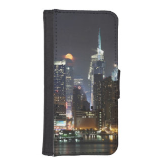 Moon rises over midtown New York. iPhone SE/5/5s Wallet Case