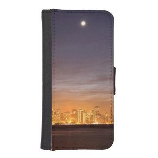 Moon setting over San Francisco on hazy December iPhone SE/5/5s Wallet Case