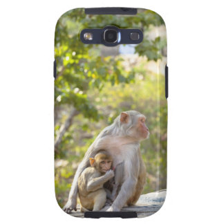 Mother and baby Rhesus Macaque monkeys on wall Samsung Galaxy S3 Cover
