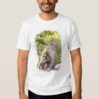 Mother and baby Rhesus Macaque monkeys on wall Tshirt
