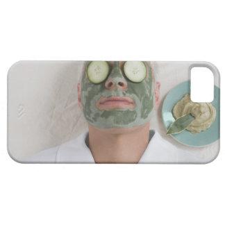 Nahaufnahme eines reifen Mannes, der sich mit eine Case For The iPhone 5