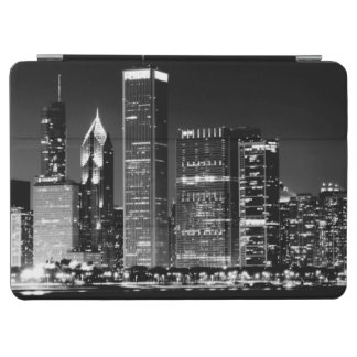 Night view of Chicago's famous cityscape iPad Air Cover