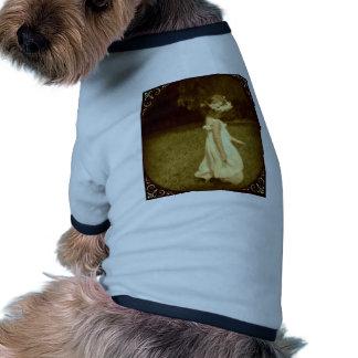 niña en el jardín romantico vintage camisa de perro