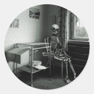 Oma wartet immer noch auf den Arzt Round Sticker