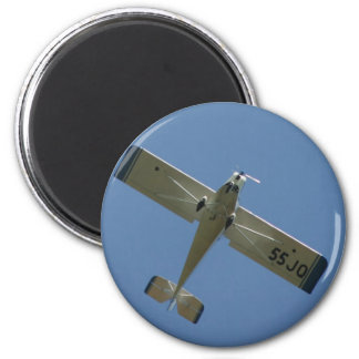 Plane in blue sky 6 cm round magnet
