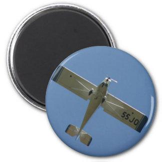 Plane in blue sky 6 cm round magnet