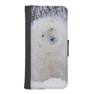 Polar bear shaking snow off on frozen tundra iPhone SE/5/5s wallet case