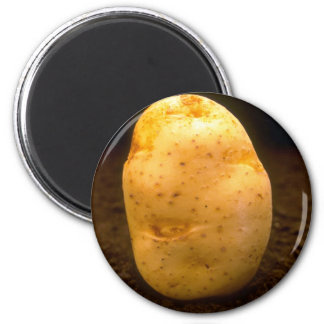 Potato on dirt 6 cm round magnet