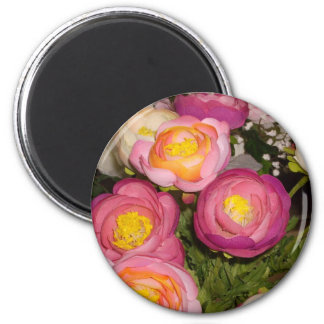 Pretty plastic flowers of unknown type & breed 6 cm round magnet