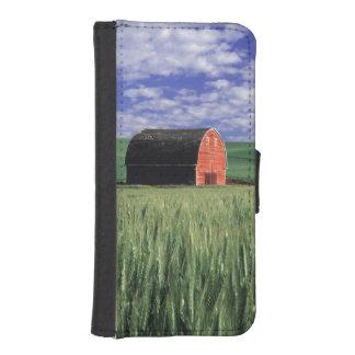 Red barn in wheat & barley field in Whitman iPhone SE/5/5s Wallet Case