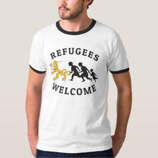 Refugees Welcome Suomileijona auttamassa t-paita T Shirt