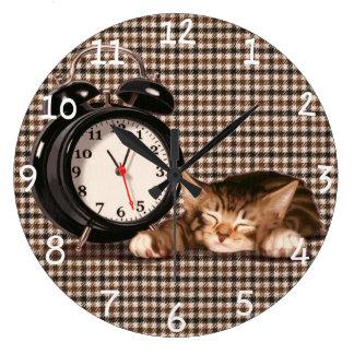 Retro houndstooth kitten clocks