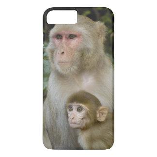 Rhesus Macaques Macaca mulatta) mother & baby iPhone 8 Plus/7 Plus Case