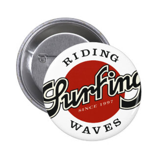 riding plates surfing waves 6 cm round badge