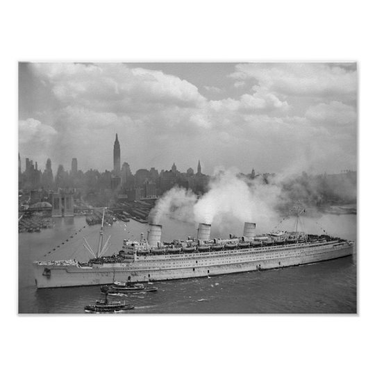 RMS Queen Mary Arriving In New York Harbour