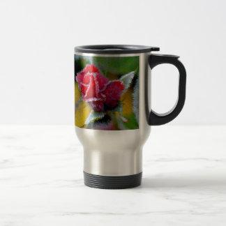 rote Rose mit Rauhreif im Garten Nahaufnahme Kaffee Tasse