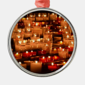 ROUND CERAMIC ORNAMENT W/PHOTO OF CANDLES.