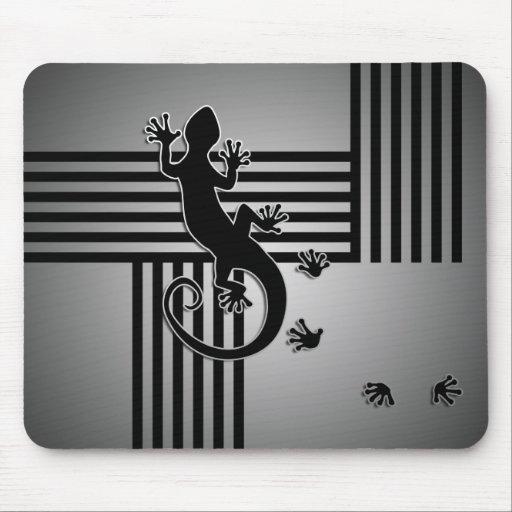 Running Gecko - black & white stripes shine Mousepads