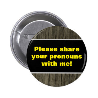 """Rustic """"Please share your pronouns with me!"""" 6 Cm Round Badge"""