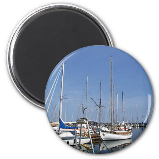 Sailing boats in the harbour 6 cm round magnet