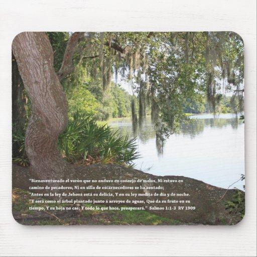 Salmos 1:1-3 con Rio y Arbol Horizontal Mouse Pad