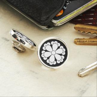 Six cloves lapel pin