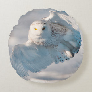 Snowy Owl landing on snow Round Cushion