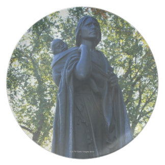 'Statue of Sacagawea and her son, guide on the Plates
