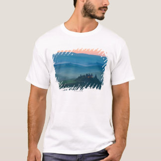 sunrise in the val d?orcia with farmhouse T-Shirt