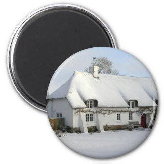 Thatched English Cottage in Snow 6 Cm Round Magnet
