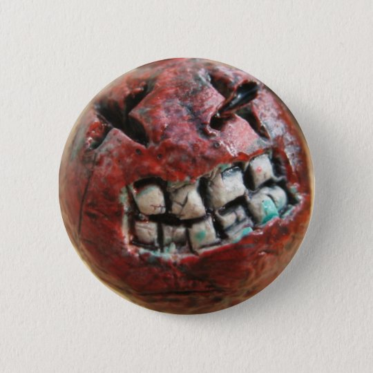 the face of a bomb. 6 cm round badge