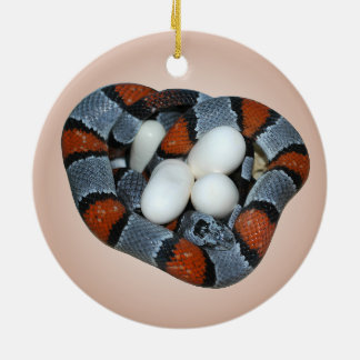 The gray-banded kingsnake round ceramic decoration