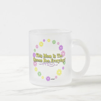 This Mom Is The Queen Bee Everyday Type FlowerRing Frosted Glass Mug