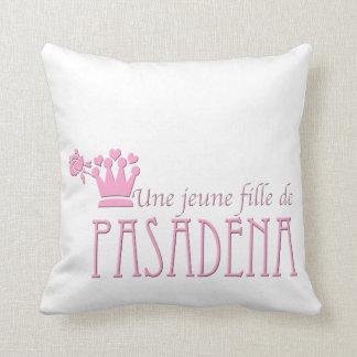 Une jeune fille de PASADENA Throw Pillows