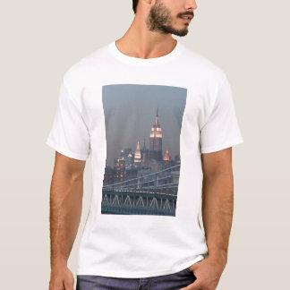 USA, New York City, View of Manhattan Bridge, T-Shirt