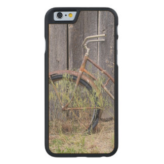 USA, Oregon, Bend. A dilapidated old bike Carved® Maple iPhone 6 Case