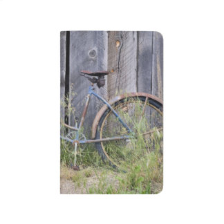 USA, Oregon, Bend. A dilapidated old bike Journal