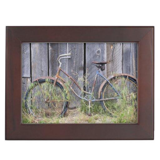 USA, Oregon, Bend. A dilapidated old bike Memory Box