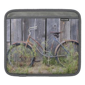 USA, Oregon, Bend. A dilapidated old bike Sleeve For iPads