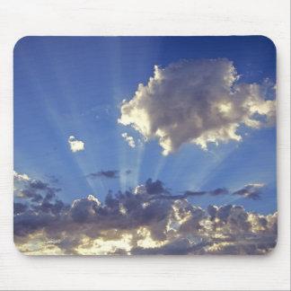 USA, Oregon, Bend. Sun rays fill the sky near Mouse Pad
