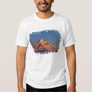 USA, Oregon, Mt Hood. Sunset creates alpenglow Tshirts