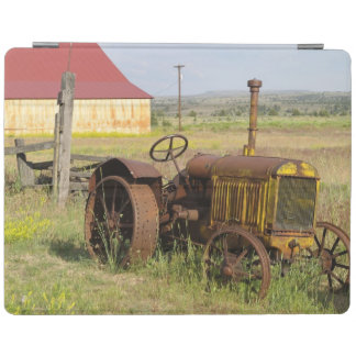 USA, Oregon, Shaniko. Rusty vintage tractor in iPad Cover
