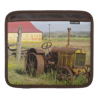 USA, Oregon, Shaniko. Rusty vintage tractor in iPad Sleeve
