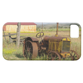 USA, Oregon, Shaniko. Rusty vintage tractor in iPhone 5 Case
