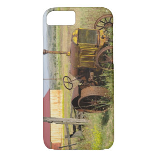 USA, Oregon, Shaniko. Rusty vintage tractor in iPhone 8/7 Case