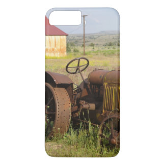 USA, Oregon, Shaniko. Rusty vintage tractor in iPhone 8 Plus/7 Plus Case
