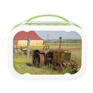 USA, Oregon, Shaniko. Rusty vintage tractor in Lunchbox