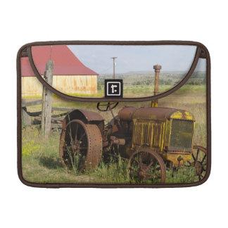 USA, Oregon, Shaniko. Rusty vintage tractor in MacBook Pro Sleeve