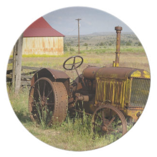 USA, Oregon, Shaniko. Rusty vintage tractor in Party Plates